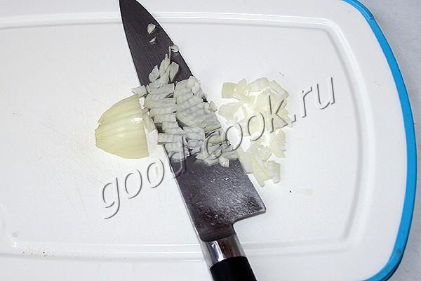 салат с сырным рисом и консервированным лососем
