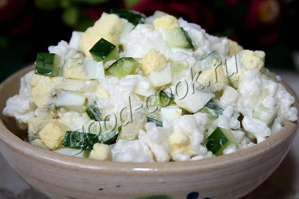 легкий рисовый салат с огурцами