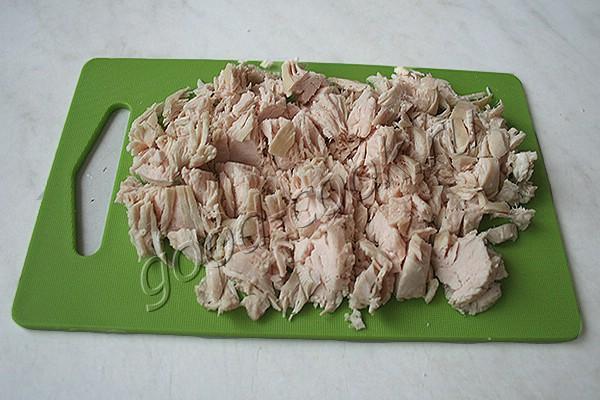 салат с курицей, яблоками и крекерами