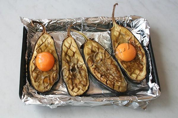 запеченные половинки баклажанов с яйцами