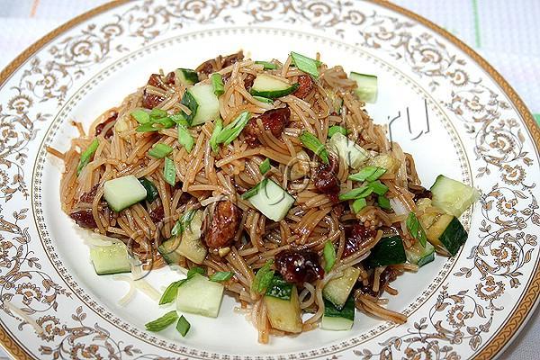 тёплый вермишелевый салат со свининой и терияки