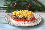 салат с рисом, морковкой по-корейски и мясным блинчиком