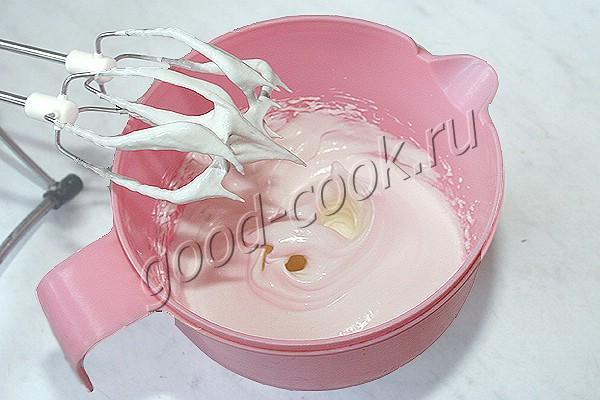 рассыпчатый пирог с ягодами и безе