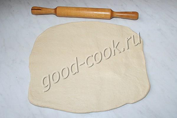 дрожжевой пирог с луком и яйцами