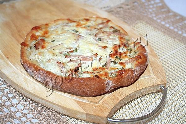 кефирная лепешка с сыром, луком и ветчиной