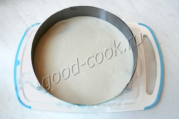 торт со сливами и сметанным муссом