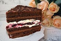 шоколадный торт с двумя видами крема и ягодным конфи