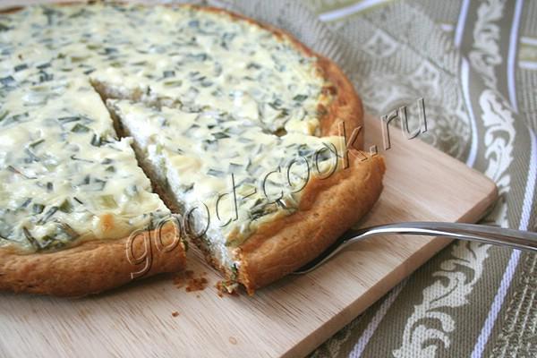 сметанный пирог с зелёным луком и сливочным сыром