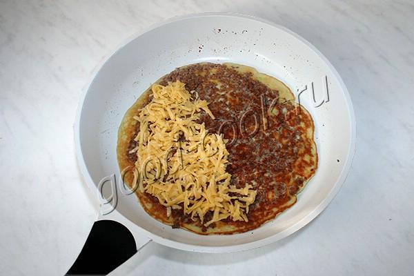 жареная кабачковая лепёшка с фаршем и сыром