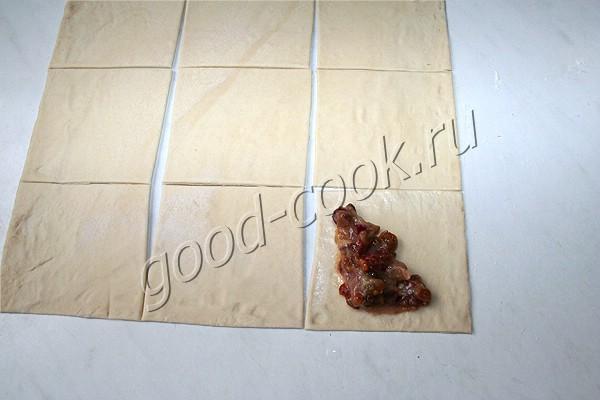 жареные треугольники из слоеного теста с ягодной начинкой