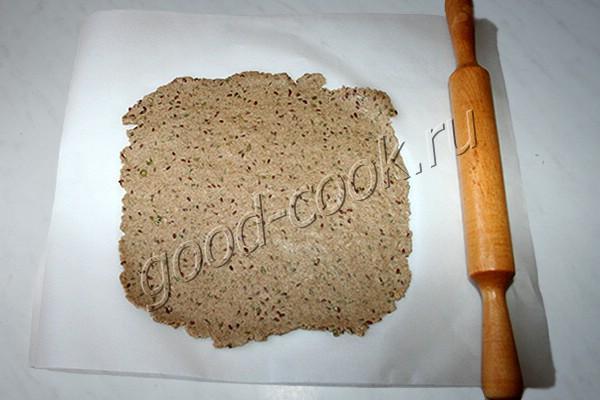 тонкие ржаные хлебцы с семенами
