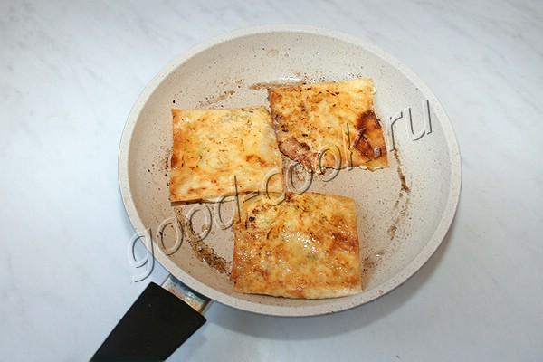 жареные квадратики из лаваша с солёным творогом