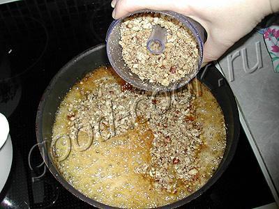 перевернутый пирог с орехами и вишней