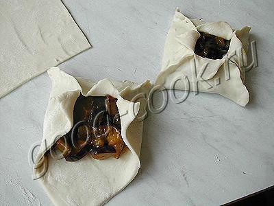 слоеные конвертики со сливами