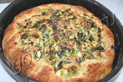 открытый слоеный пирог с зеленым луком