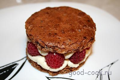 шоколадное пирожное с малиной