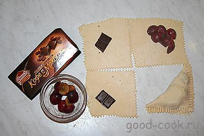 слоеные пирожки с шоколадом и ягодами