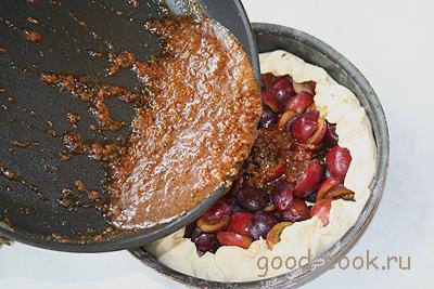 слоеный пирог со сливами в карамельной заливке