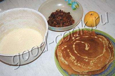 блинный пирог-пудинг с изюмом и яблоками