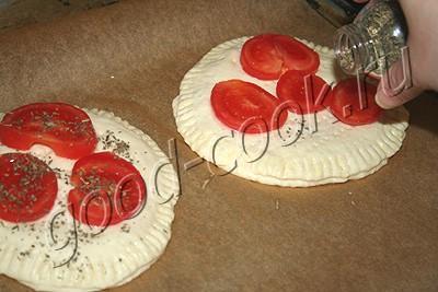 пряные лепешки с помидорами