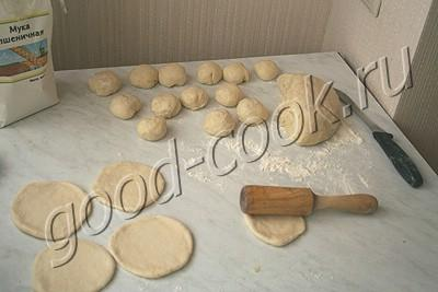 пирожки с картофельным пюре, луком и беконом