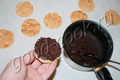 пирожное с шоколадно-ореховой прослойкой