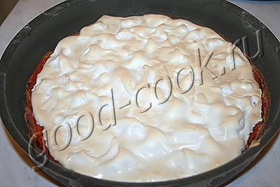 песочный пирог с курагой и безе