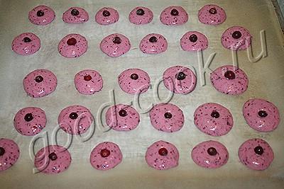 розовое бисквитное печенье с клюквой