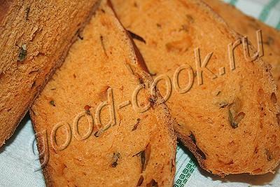 оранжевый хлеб с зеленым луком