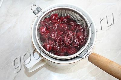 рулет с белым шоколадом и вишневым кремом
