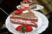 шоколадный торт с клубникой и творожно-сметанным кремом