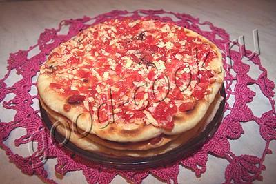сборный пирог-лепёшечник с помидорами, луком и сыром