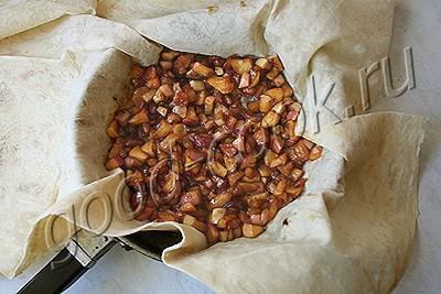 пирог из лаваша с карамельными яблоками