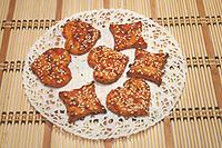 печенье на томатном соусе с зеленью и орехами