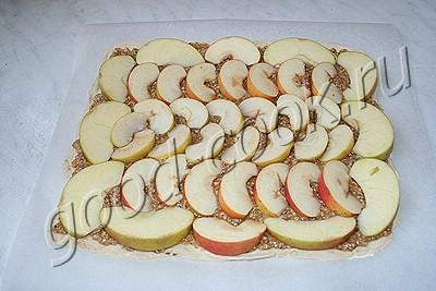 слоеный пирог с яблоками и миндальным кремом