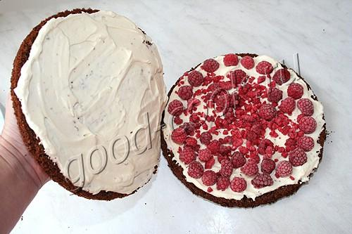 шоколадный торт с малиной и сливками