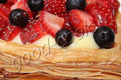 пирожное с апельсиновым кремом и ягодами