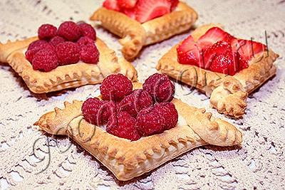 слоёные корзиночки со сгущёнкой и ягодами