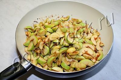 яблочный пирог, залитый сливками