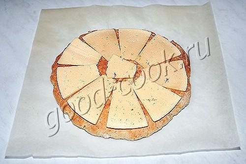 сметанная лепёшка с сыром и хрустящей посыпкой