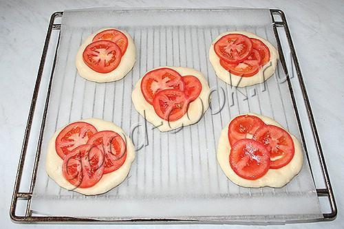 лепешки с помидорами и маринованным луком