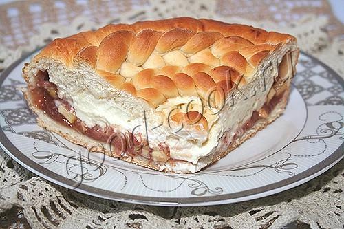 Пирог с вареньем и яблоками