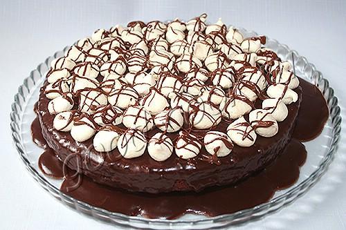 пирог с тушеными сливами и шоколадной глазурью