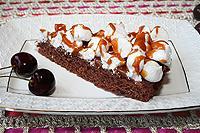 шоколадный пирог с безе и карамелью