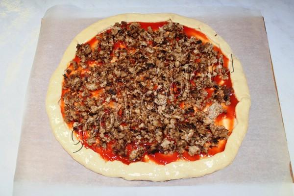открытый пирог с фаршем и сыром