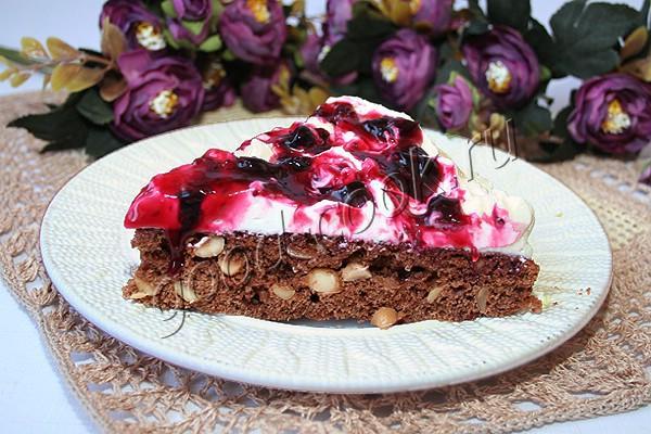 ореховый торт со сливками и ягодным соусом