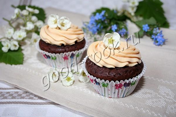 шоколадные капкейки с карамельно-банановой начинкой