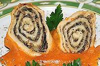 грибные рулеты в луковом соусе