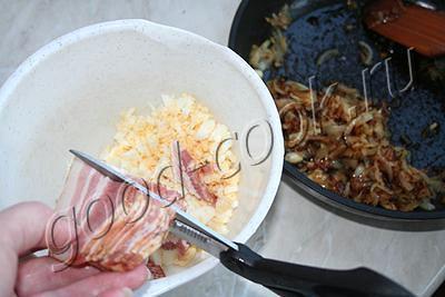 рулет из говядины с луком, беконом и яйцами