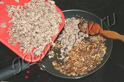 картофельно-яичный рулет с мясом и сыром